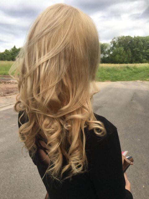Kundenfoto bewegtes Haar - natürlich blond