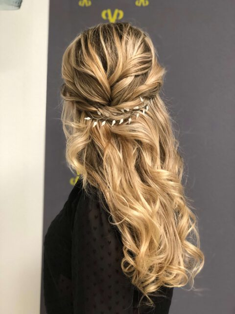 Abendfrisur, lockiges, langes Haar, half-up-do, verspielter Hinterkopf mit self-made Headpiece