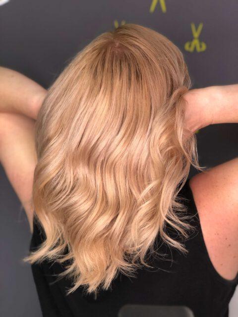 Mobiles Haarstudio - Kundenfoto blond-rosé Balayage und Beachwaves