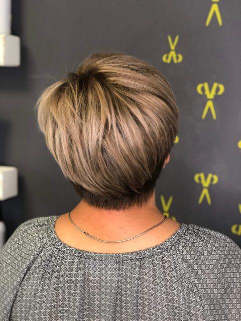 Kundenfrisur, Kurzhaar blond, Gloss, Undercut, hinten
